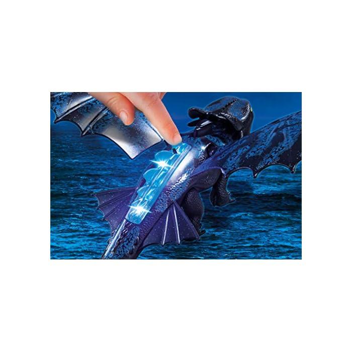5199TUeydrL Diversión para pequeños aventureros: DreamWorks Dragons Hipo y Desdentao con bebé dragón de PLAYMOBIL con accesorios como espada de fuego, traje de vuelo y mucho más Desdentao con espinas dorsales luminosas y función de tiro para flechas, varias aletas entre otros, ampliable con PLAYMOBIL Furia Diurna y bebé dragón con niños (70038) Juego de figuras para niños a partir de 4 años: óptimo para el tamaño de sus manos y bordes redondeados agradables al tacto