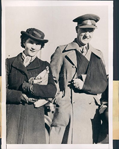 1941 Auckland NZ Arm Sling Anzac Man Woman Smiling Wearing Hats Press Photo