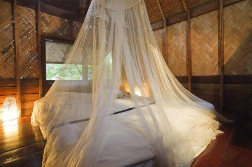 weißes Moskitonetz für Himmelbett. Volle 12 Meter Reichweite. Doppel-oder Kingsize-Bett - ohne Hautreizungen.