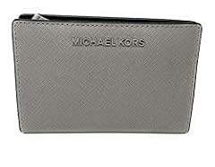 Michael Kors Jet Set Travel Leather Medium Card Case Carryall is crafted in beautiful and durable saffiano finished leather with polished hardware. This bifold card case has dual snap closures and is accented with Michael Kors iconic logo on ...