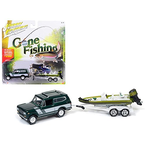 Johnny Lightning JLBT004A-1979INTERNATIONAL-GREEN 1979 International Scout Emerald green Poly with Bass Boat Gone Fishing 1/64 Diecast Model Car ()