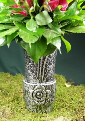 Grabvase mit Blume und Blumenverteiler