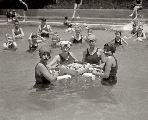WOMEN PLAYING MAH-JONGG IN POOL 1920s PHOTO American Picture Gallery