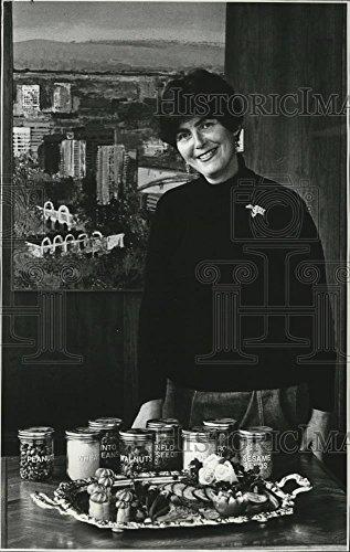 Contest Cookbook (Vintage Photos 1977 Press Photo Cookbook Contest Judge Gloria Shaich - oro11787)