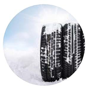 alfombrilla de ratón Tres neumáticos de invierno cubierto de nieve en frente de cielo azul con sunlights - ronda - 20cm