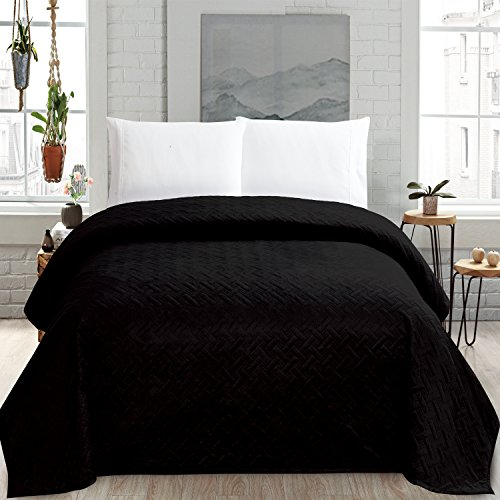 HollyHOME Super Soft Solid Blanket Microplush Twin Size Quilt Comforter, Black (Twin Comforters Size Bed)