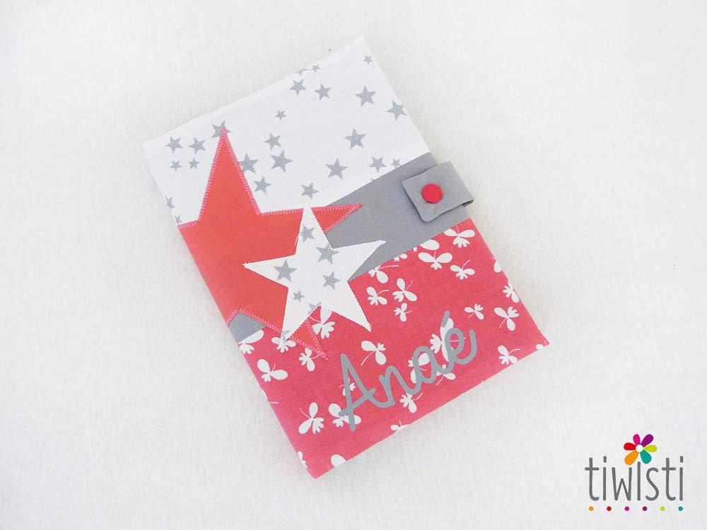 Protège carnet de santé personnalisé corail, gris et blanc, avec prénom de l'enfant, motif étoile, tissu imprimé nuage avec prénom de l'enfant motif étoile tissu imprimé nuage