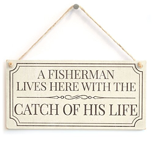 Meijiafei A Fisherman Lives Here With The Catch Of His Life - Funny Home Accessory Gift Sign For Retired Fisherman 10