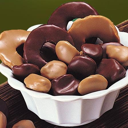 Getrocknete Apfelringe, Pflaumen und Aprikosen (600g) fein mit Zartbitter- und Vollmilch-Schokolade umhüllt.