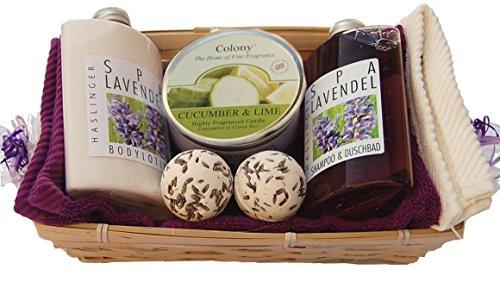 SPA Lavendel Wellness Geschenkset 8 tlg. Duschgel, Bodylotion, 2 x Badepraline, Duftkerze, 2 x Handtuch 30x50cm lila und cremeweiß im Bambuskorb