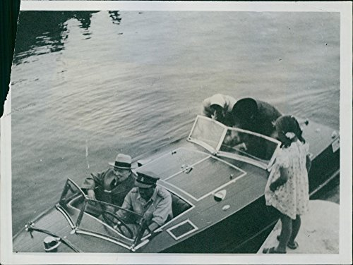 vintage-photo-of-mr-churchill-and-field-marshall-alexander-leaving-on-a-motor-boat