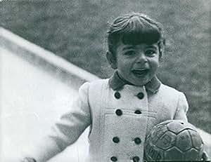 Vintage photo de farahnaz Pahlavi con un balón, una sonrisa.