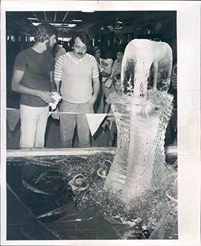 1981 Press Photo St Petersburg FL Ice Sculptor Jim Deegan - - In Fl Mall St Petersburg