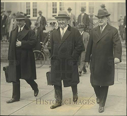 1927 Press Photo Harry F. Sinclair, oil magnate leaving the trial of oil scandal - Historic Images