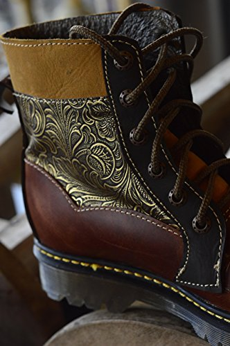 Bota de piel con diseño art noveau, dorada.