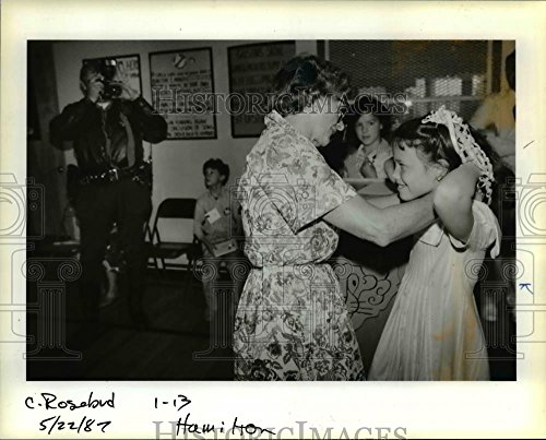 1987 Press Photo Ollie May Phillips, gives silver necklace for Princess - Erika Silver