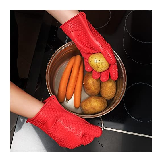 pannoramic 2xGloves Ove BBQ Silicone Heat Resistant Cooking Set Kitchen Mitts Pot Holder Including 1xBrush Basting Silicone Baking Grilling Oil Pastry Bakeware Tool 4 MAXIMUM PROTECTION AND TOP QUALITY SET. Our Ove Glove Non Slip Five Finger Exclusive Flame Design Heat Resistant 100% Waterproof, Easy To Rinse On A Dishwasher Safe Or Throw In The Sink, FDA Approved SUPER SET- ONLY THE BEST FOR YOU- Quality and the satisfaction of our customers is the most important for us. Make cooking and grilling more exciting, effortless and safer with this 3 Great Tools. This SUPEIOR VALUE SET ARE FUNCTIONALLY MATCHED AND VERY REASONABLY PRICED WITH 100% MONEY BACK SATISFACTION GUARANTEE. INCLUDING PREMIUM RESISTANT BASTING SILICONE BRUSH Ideal In The Kitchen When Cooking And Baking Pastry, Grill BBQ, Deserts, Marinades On Meat Spread Glazes, Sauces. Ergonomic Comfort Grip Handel, Heat Resistant. Perfect For Spreading Butter, Oil, Egg, Honey, Glazes Vegetables And Pastries. Designed to Mop up and Hold Generous Amounts of Liquid (BBQ Sauce, Butter Glaze) more Efficiently than your Average Basting Brushes. IS MORE LIKE THE QUIET MEMBER OF THIS SET BUT IT'S EFFICIENT, CONVENIENT, AN