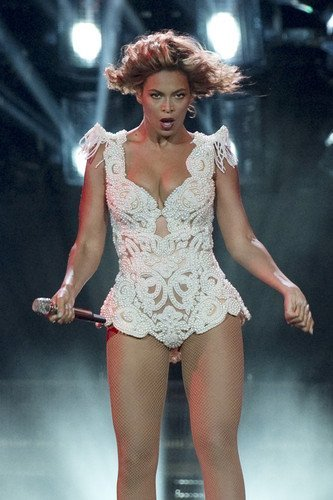 [Beyonc Knowles sexy low cut busty revealing costume dramatic concert 11x17 Mini Po...] (Revealing Costumes)