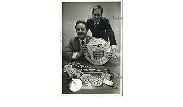 Amazon.com: Vintage Photos 1990 Press Photo Mike Lulling and Steven Wienkers, Mr. Zs Pizza and Products.: Photographs