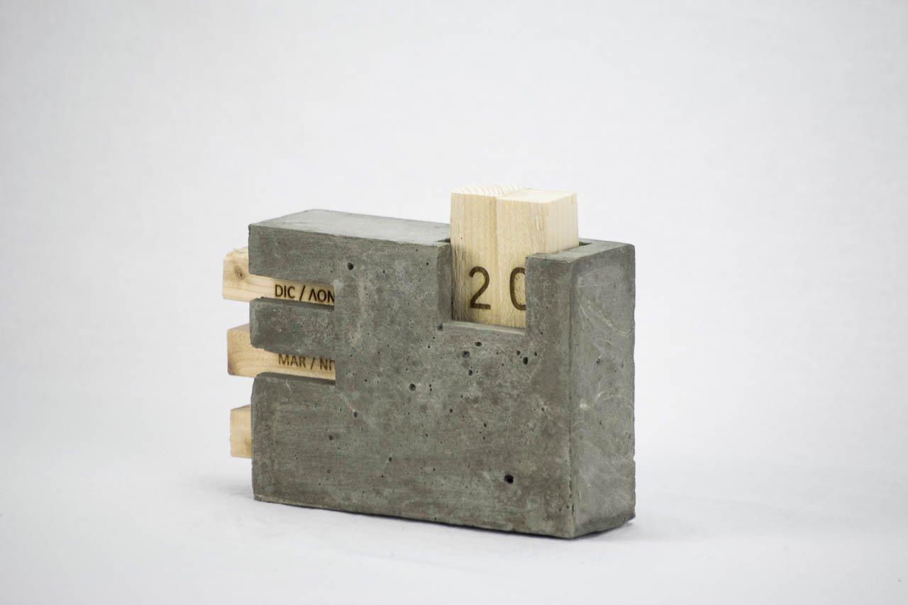 microstudio - Calendario perpetuo de mesa (hormigón, Madera y Corcho. L interpretazione de microstudio del juego de escritorio.