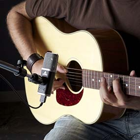 Apogee MiC recording acoustic guitar