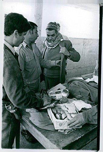 vintage-photo-of-jordanienrefugees-who-sohu-to-jordan-in-1969bo-daulin-meet-refugees-in-jordan-camp