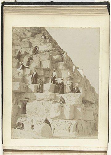 classic-art-poster-drie-vrouwen-beklimmen-een-pyramide-onder-lokale-begeleiding-zangaki-c-1880-c-190