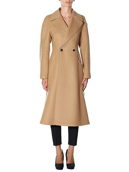 L'outfit è formato da un cappotto lungo con tasche in