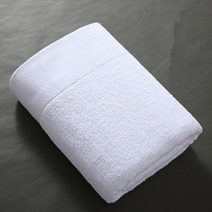El hotel una toalla de baño con un paño de algodón suave y absorbente entre hombres