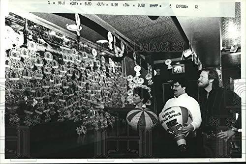 Vintage Photos 1991 Press Photo Paper Balloons Cover The Wall at The Washington Tavern, Albany (Covers Wall Washington)