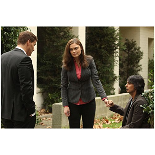 Bones (TV Series 2005 - ) 8 inch by 10 inch PHOTOGRAPH David Boreanaz & Emily Deschanel Outdoors w/Vik Sahay Display 2 kn