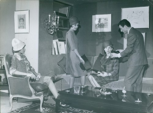 vintage-photo-of-guy-laroche-serving-drink-to-women-1961