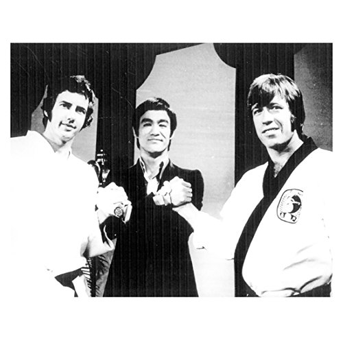 Photo B&w 1972 - Bruce Lee 8 Inch x 10 Inch Photograph The Way of the Dragon (1972) B&W Pic Between Robert Wall & Chuck Norris Holding Hands kn