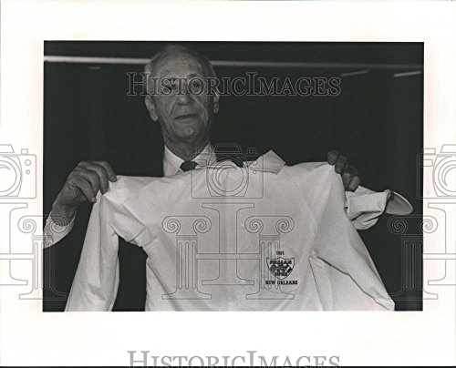 1991 Press Photo Vincent Caruso, Italian Opera Chairman, shown with a jacket