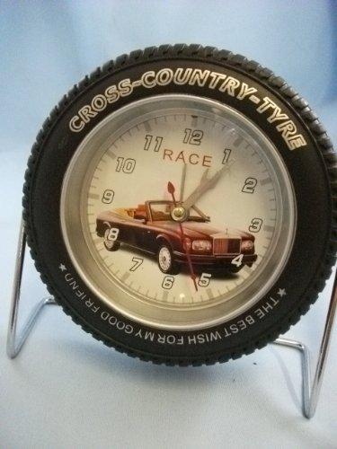 Rueda de neumático de coche deportivo reloj de escritorio, color ...