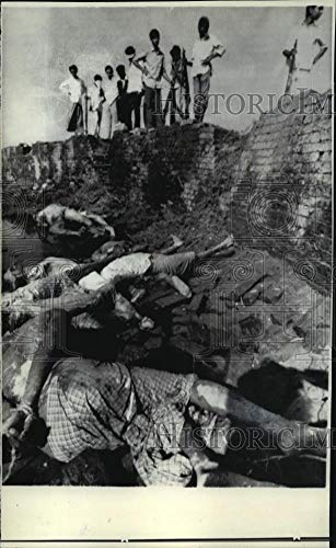 1971 Press Photo Mukti Bahini Soldiers Look Down At Mass Grave In Bangladesh - Historic Images
