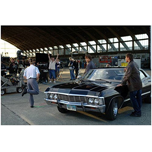 Supernatural (TV Series) 8x10 Photo Season 1 Behind the Scenes Jensen Ackles & Jared Padalecki on Either Side of Impala w/Crew Cheering kn ()