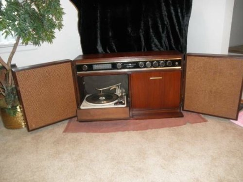 **REDUCED Till 3/1-Vintage/Antique Turntable Player, for 78s 45s 33s Records & Stereo Am Fm Tune**
