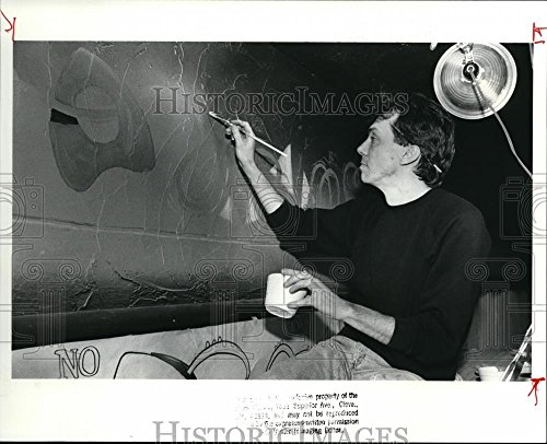1989 Press Photo Craig Robertson, owner of Hank Cafe at 11729 Detroit Ave - 8 x 10 in. - Historic ()