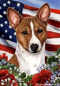 Basenji rojo y blanco–mejor de raza patriótica jardín banderas