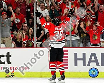 Amazon.com  Dave Bolland Chicago Blackhawks NHL Action Photo 8x10  2 ... b49290e6c