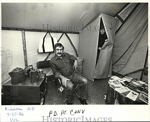 1986 Press Photo Bob Beckel & Susan Gonzales relaxes on custom made tent