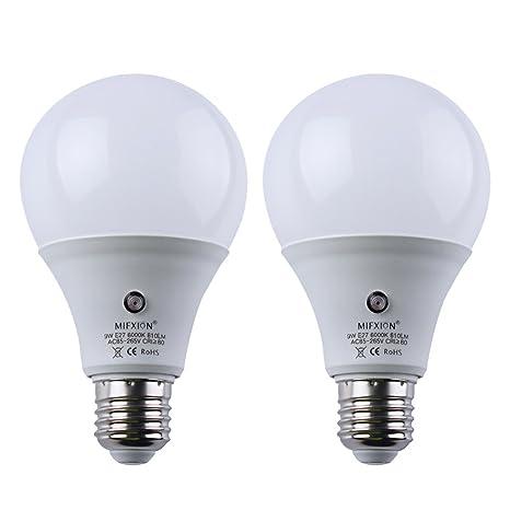 Pack de 2 bombillas LED con sensor de luz E27 Dusk to Dawn para detección de ...