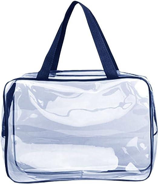 Un hombre con una bolsa de plástico transparente azul sobre