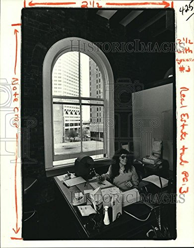 1981 Press Photo Inger Garcia in Office with View of Canal Place, New - Place New Canal Orleans