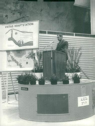 Vintage photo of Landsh246;vding Ragnar Lassinantti opening figures on a generator top named Aurora in the machine hall