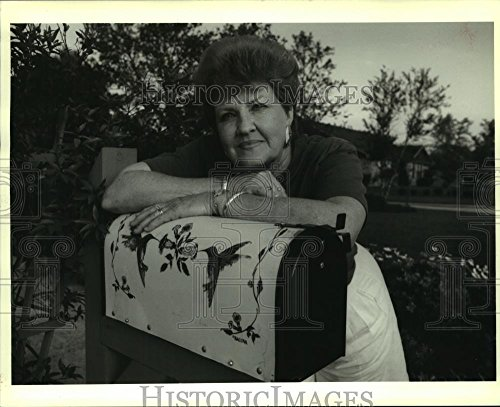 - Vintage Photos 1992 Press Photo Edith Edwards has mailbox with hummingbirds painted on it.
