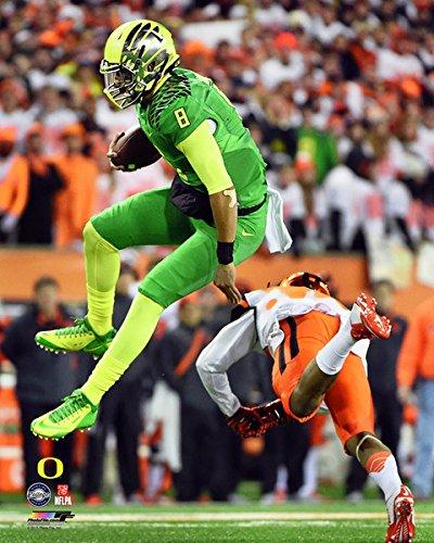 Amazon Com Marcus Mariota Oregon Ducks Ncaa Football Action Photo