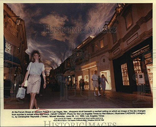 1992 Press Photo Shoppers at the Forum Shops at Caesars Palace in Las - Shops Vegas Caesars Las Palace