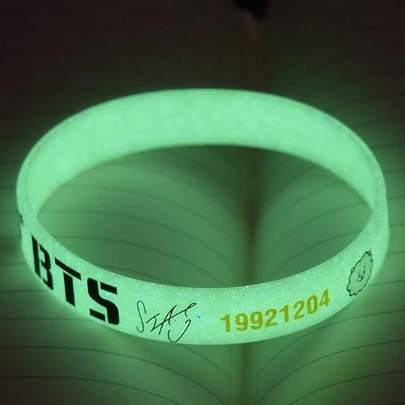 Chour/&Euhk Kpop BTS Bangtan Boys Lumineux Silicone Bracelet Bande Dessin/ée Image Imprimer Bracelet Unisexe Cadeau Chaud pour Les Fans
